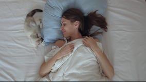 Goedemorgen met een huisdier stock videobeelden