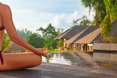 Goedemorgen met vrouwenyoga die op zonsopgangachtergrond mediteren Stock Fotografie