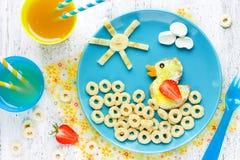 Goedemorgenconcept, creatief idee voor het voedsel van pretkinderen stock foto