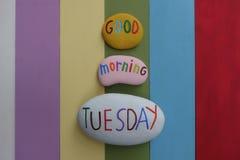 Goedemorgendinsdag, begroet het beste begin voor een grote dag met gekleurde stenen en regenboog gekleurde houten raad royalty-vrije stock fotografie