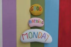 Goedemorgenmaandag, begroet het beste begin voor een grote eerste dag van de week met gekleurde stenen en regenboog gekleurde hou royalty-vrije stock foto