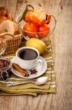 Goedemorgenontbijt met koffie en vruchten royalty-vrije stock foto's