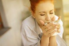 Goedemorgenvrouw met kop van geurige koffie Stock Afbeeldingen
