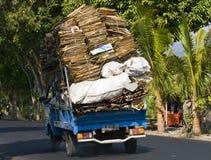 Goederen op een autoped in Bali, Indonesië worden vervoerd dat Royalty-vrije Stock Afbeelding