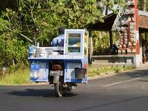 Goederen op een autoped in Bali, Indonesië worden vervoerd dat Stock Foto's