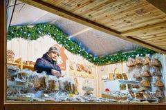 Goederen van de mensen de verkopende peperkoek bij de Vilnius-Kerstmismarkt Stock Foto's