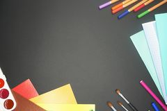 Goederen voor school: potloden, borstels, notitieboekjes royalty-vrije stock foto's