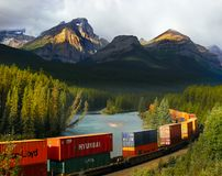 Goederentrein, Canadese Rotsachtige Bergen stock fotografie