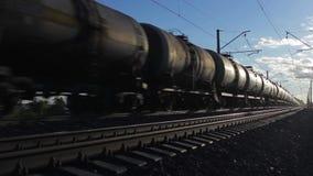 Goederentrein die door Spoorweg bij Zonsondergang overgaan stock videobeelden