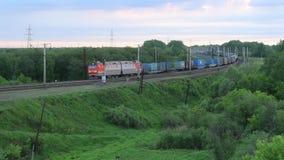 Goederentrein die een spoorwegspoor in het platteland doorgeven stock videobeelden