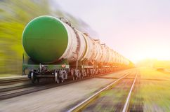 Goederentrein die olie-laadt overgaan, stookolie, brandstoftanks in motie Stock Afbeeldingen