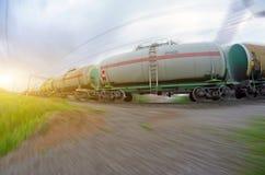 Goederentrein die olie-laadt overgaan, stookolie, brandstoftanks in motie Stock Afbeelding