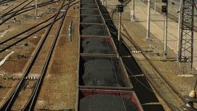 Goederentrein met steenkool stock video