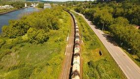 Goederentrein op de spoorweg stock footage