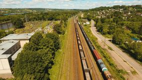 Goederentrein op de spoorweg stock video