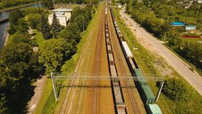 Goederentrein op de spoorweg stock videobeelden