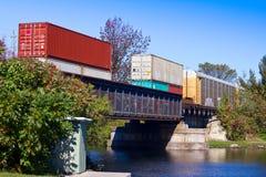 Goederentrein op een brug Stock Fotografie