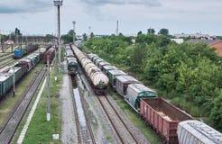 Goederentreinen bij de spoorwegverbinding Stock Foto