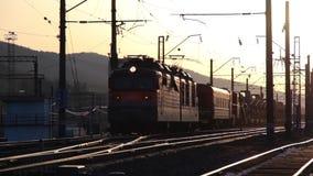 Goederentreinpassen door Spoorweg bij Zonsondergang, Transsiberische Spoorweg stock videobeelden