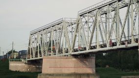 Goederentreinritten langs de spoorwegbrug, de uitvoer en de invoer van goederen door logistisch bedrijf stock video