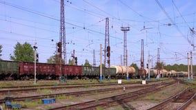Goederentreinritten op spoorweg in de zomerdag stock footage