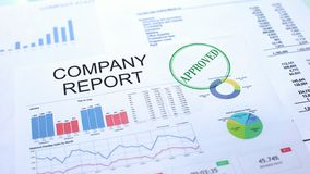 Goedgekeurd bedrijfrapport, gestempelde verbinding over officieel document, bedrijfsproject stock afbeeldingen