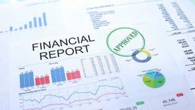 Goedgekeurd financieel verslag, gestempelde verbinding op officieel document, bedrijfsproject stock foto