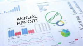 Goedgekeurd jaarverslag, gestempelde verbinding over officieel document, bedrijfsproject royalty-vrije stock afbeelding