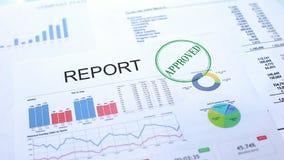 Goedgekeurd rapport, gestempelde verbinding over officieel document, bedrijfsstatistieken, project stock afbeelding