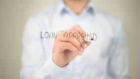 Goedgekeurde lening, Mens die op het transparante scherm schrijven Stock Afbeeldingen