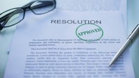 Goedgekeurde resolutie, ambtenarenhand het stempelen verbinding over bedrijfsdocument stock videobeelden