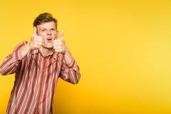 Goedkeurend de grappige grappige zonderlinge mens toon duim Royalty-vrije Stock Afbeeldingen