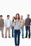 Goedkeuring die door glimlachende vrouw met vrienden wordt gegeven Stock Afbeelding