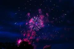 Goedkoop vuurwerk over de stad stock foto