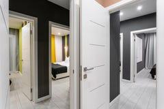 Goedkope familieruimte Hotelnorm met vier slaapkamers eenvoudige en modieuze binnenlands Binnenlandse verlichting royalty-vrije stock afbeelding