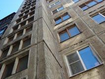 Goedkope flats in oude wolkenkrabber stock foto's