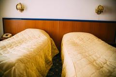 Goedkope hotelbedden royalty-vrije stock afbeeldingen
