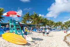 Goers σταθμών και παραλιών φρουράς ζωής μια ηλιόλουστη ημέρα στις Μπαχάμες στοκ εικόνες