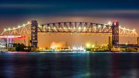 Goethals bro- och Arthur Kill Lift bro vid natt Royaltyfri Foto