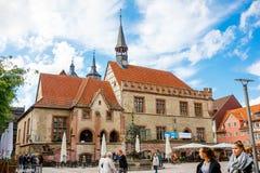 Goettingen, Alemanha - 14 de setembro de 2015: Cidade Hall Square em Goettingen com a zona da fonte e do pedestre de Gaenseliesel Imagens de Stock Royalty Free