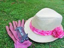 Gofferfälla med Lady& x27; s-trädgårdhatt & handskar & x28; 2& x29; Arkivfoton