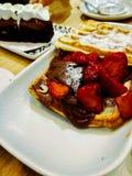 Gofr z truskawkami, czekoladą i cukierem dla śniadania, zdjęcia royalty free