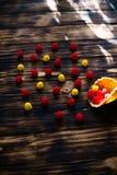 Gofra rożek z jagodami na drewnianym tle fotografia stock