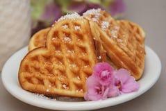 Gofry w bielu talerza śniadaniowym deserze z różowymi kwiatami stonowany Sympatia kształta tort z śmietanką z bliska Fotografia Stock