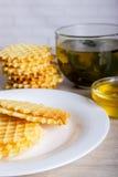 Gofry z miodem i filiżanką herbata obraz stock