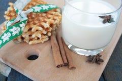 Gofry z mlekiem, cynamon, anyż na błękitnym drewnianym tle Zdjęcie Stock