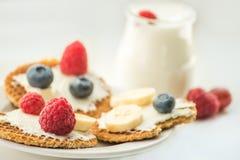 Gofry z serem, jogurtem i malinkami, Wyśmienicie zdrowotny śniadanie na lekkim tle zdjęcie royalty free