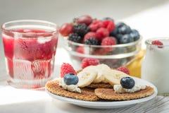 Gofry z serem, jogurtem i malinkami, Wyśmienicie zdrowotny śniadanie na lekkim tle fotografia stock