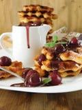 Gofry z wiśniami i czekoladowym kumberlandem Zdjęcie Royalty Free