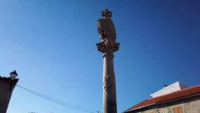 Gogna e chiesa e campanile portoghesi a partire dal XVII secolo archivi video